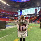 Tochter Vivian ist bereit für den großen Showdown. Sie feuert sicherlich die New England Patriots an, Papa Tom BradysTrikot ist der Beweis.