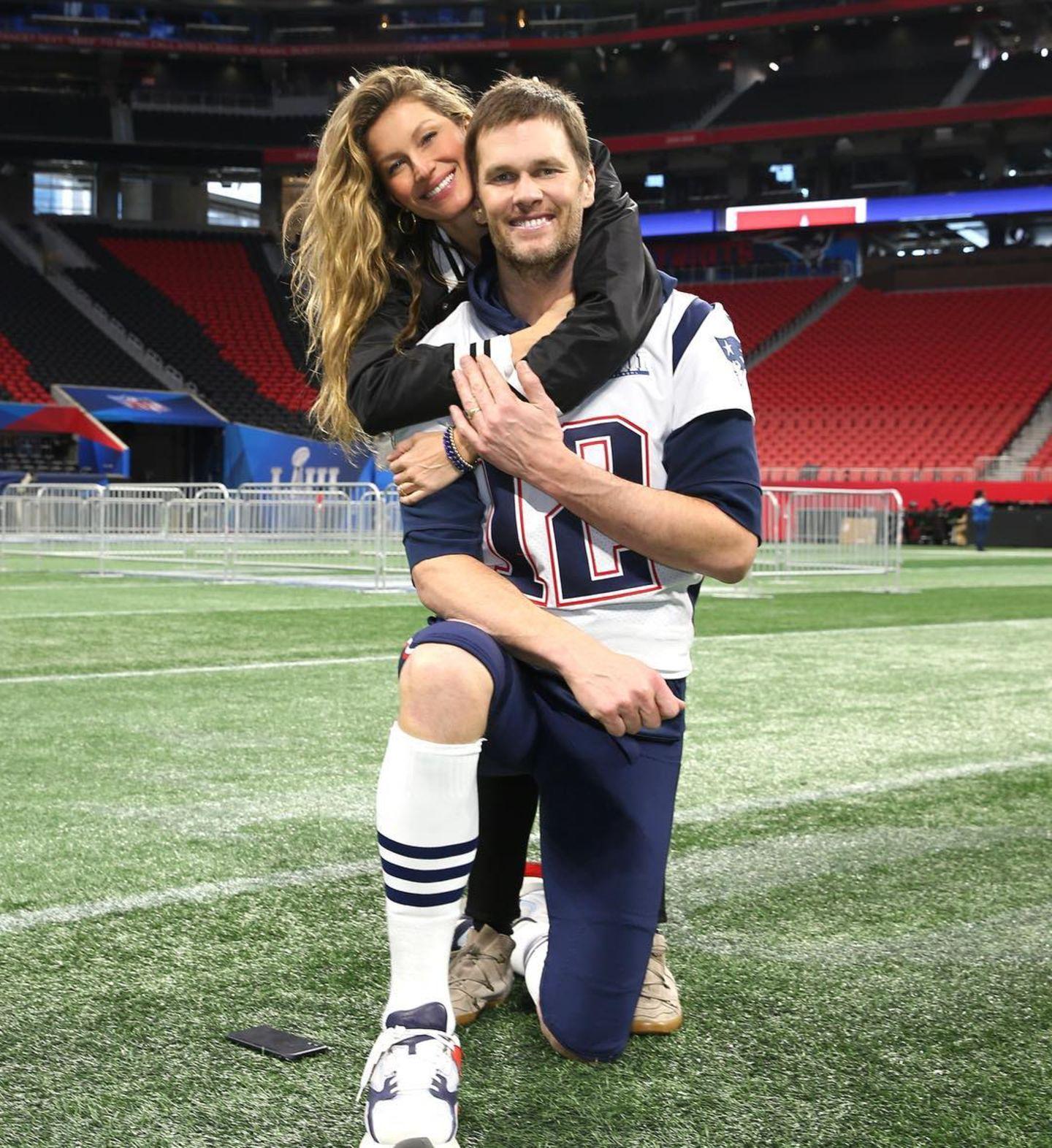 """""""Ich halte dir den Rücken frei"""", postet Model Gisele Bündchen liebevoll. Ehemann Tom Brady posiert mit seiner Frau vor dem großen Finale."""
