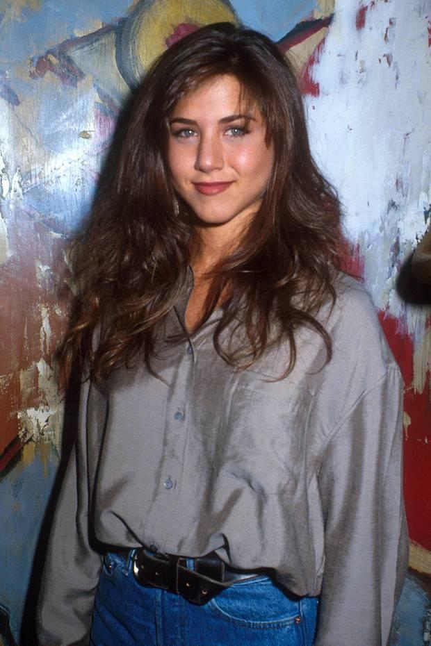 1990  Mit zarten 21 Jahren trug Jennifer Aniston, die mit ihrer Rolle als Rachel in der Erfolgsserie einige Jahre später ihre Weltkarriere startete, ihre berühmte Haarpracht lang und mit ihrer natürlichen dunkelbraunen Farbe.