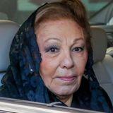 Farah Diba Pahlavi wird im Auto zur Trauerfeier gefahren.