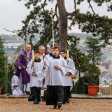 Die Pastoren betreten den Friedhof.