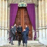 Die Trauergäste betreten die Kapelle.