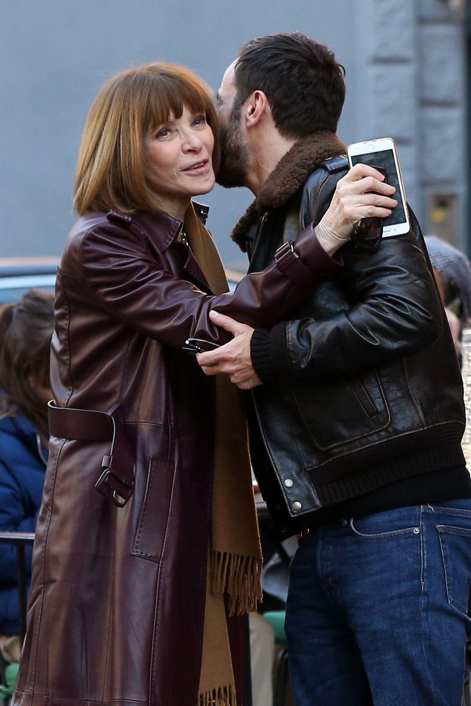 4. Februar 2019   Küsschen zwischen Modegenies: In New York verabschiedet sichUS-Vogue Chefredakteurin Anna Wintour nach einem Lunch von Louis Vuittons KünstlerischemDirektor Nicolas Ghesquière.