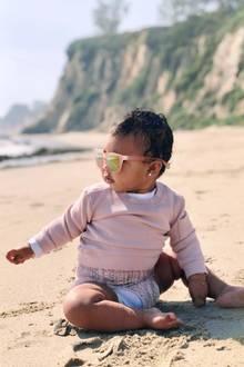 4. Februar 2019  Was für ein großer Sandkasten! True Thompson spielt mit Mama Khloé Kardashian am Strand. Zum Schutz vor der strahlenden Sonne trägt True eine übergroße Sonnenbrille, die - wie sollte es anders sein - perfekt zum Rest des rosafarbenen Outfits passt.
