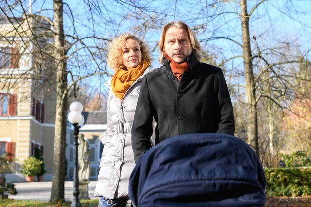 Natascha (Melanie Wiegmann, l.) und Michael (Erich Altenkopf, r.) beschließen, einen großen Schritt zu wagen.