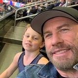 Schnell noch ein Selfie mit Söhnchen Benjamin: Schauspieler John Travolta freut sich, einen Platz im Stadion ergattert zu haben.
