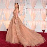 """2015 trägt Jennifer Lopez eine Traumrobe zur Verleihung der Academy Awards. Vier Jahre später gehört sie zu den """"Presentern"""" und wird für ihren Bühnenauftritt sichererneut in ein wunderschönes Kleid schlüpfen."""