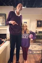 """Nein, das ist keine Fotomontage! Den 2,18 Meter großenBasketballer Kareem Abdul-Jabbar und Schauspielerin Melissa Rauch trennen tatsächlich 66 Zentimeter Größenunterschied. Dass sie der Sportlegende nur bis zum Bauchnabel reicht ist für Melissa aber kein Grund zu verzweifeln - das Posting bei Instagram ist eine Bewerbung für die Los Angeles Lakers. Ganz ernst ist diese natürlich nicht gemeint: Die """"Big Bang Theory""""-Darstellerin bewirbt sich als """"sehr kleinerSmall Forward"""" (Flügelspielerin)."""