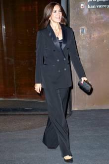 Bei der Verleihung des Ehrenpreises des dänischen Krebsverbands im Schauspielhaus in Kopenhagen glänzt Prinzessin Mary in einem aufregenden Smoking-Look. Zu diesem Outfit gehört eine ordentliche Portion Selbstbewusstsein, das die norwegische Kronprinzessin offensichtlich besitzt. Sie sieht einfach toll aus, finden Sie nicht?