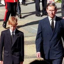 Prinz Harry (l.) und Prinz Charles (r.) begleiten den Sarg von Prinzessin Diana durch die Straßen Londons