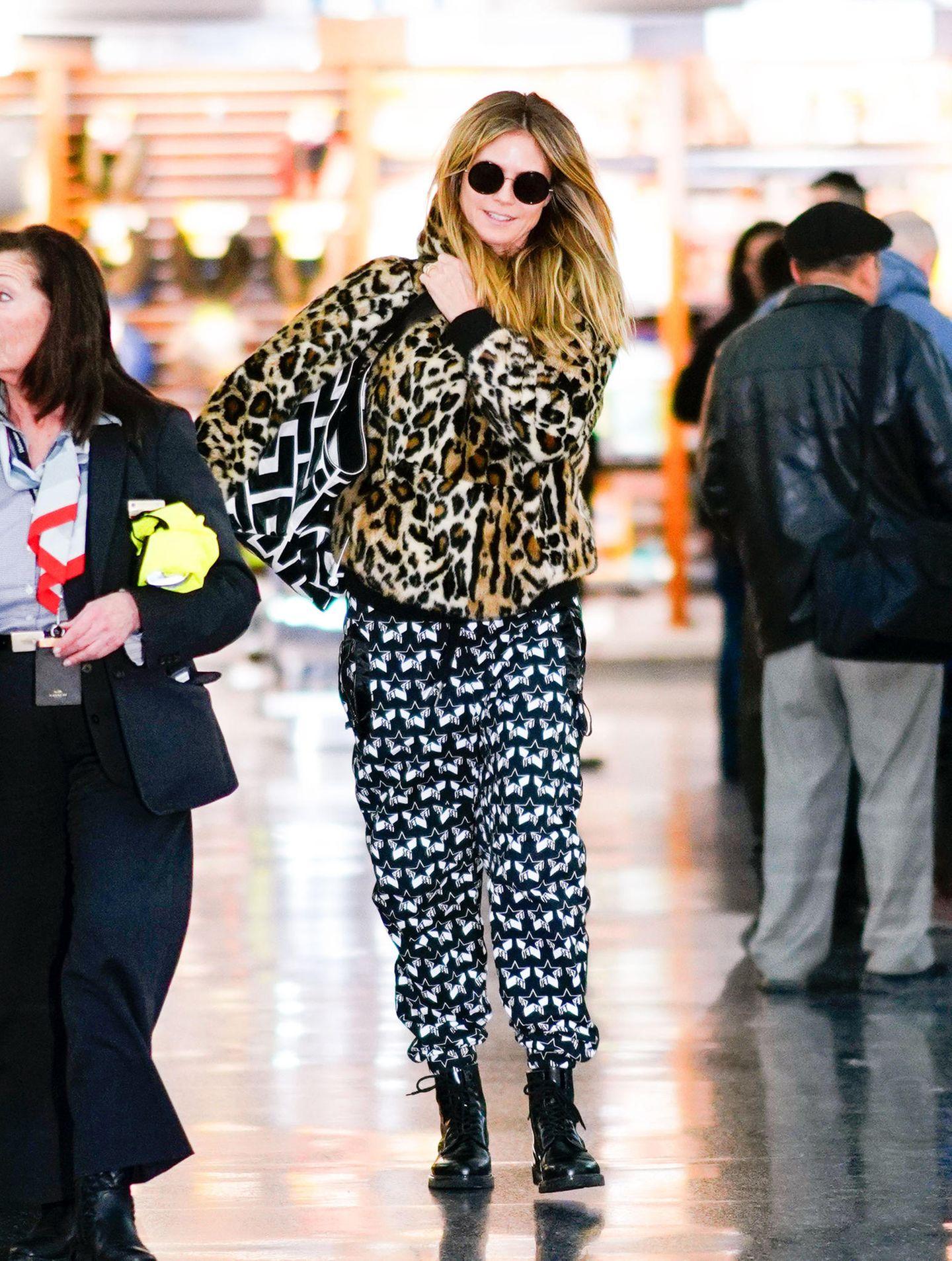 Sogar die Handtasche des Models ist gemustert. Ob sie die dunkle Sonnenbrille wegen des Blitzlichtgewitters trägt oder weil sie trotz auffälligem Look unerkannt bleiben möchte?