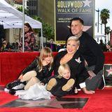 5. Februar 2019  Ein Gruppenfoto wird zur Herausforderung: Vor Pinks Stern auf dem Walk of Fame haben die Kids Schwierigkeiten stillzuhalten.