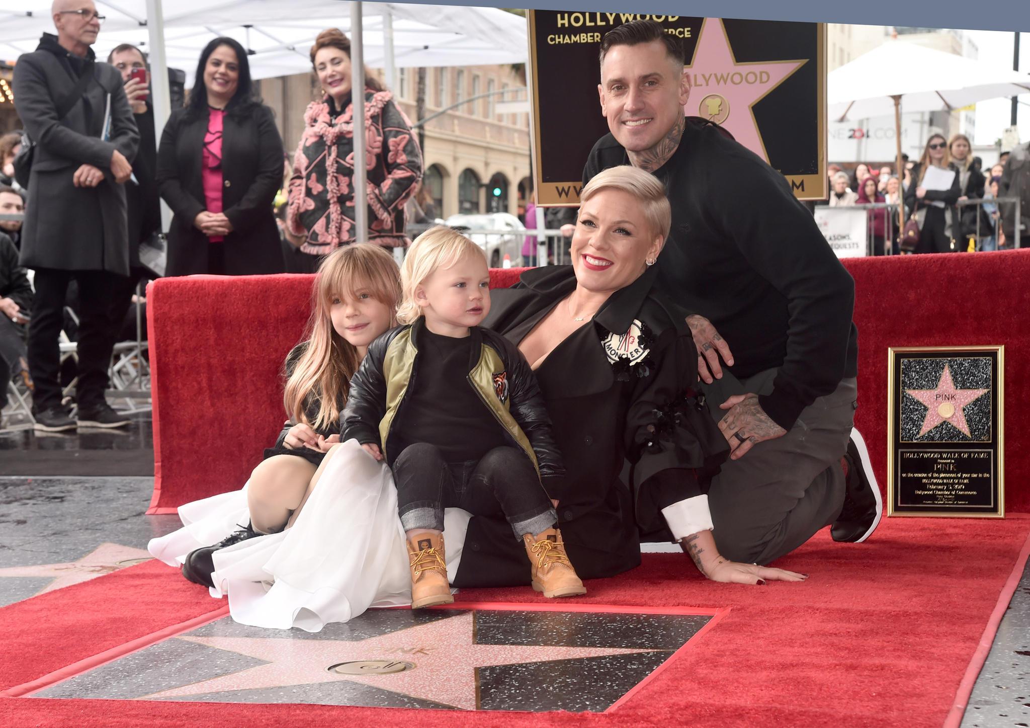 5. Februar 2019  Pink wird mit einem Stern auf dem Walk of Fame geehrt. Vor der begehrten Fliese posiert der Superstar mit seiner Familie: Tochter Willow, Sohn Jameson und Ehemann Carey Hart.