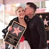 5. Februar 2019   Ein wohlverdienter Kuss: Pinks Ehemann Carey Hart scheint stolz auf seinen Pop-Star zu sein. Einen Stern auf dem Walk of Fame kriegt schließlich nicht jeder.
