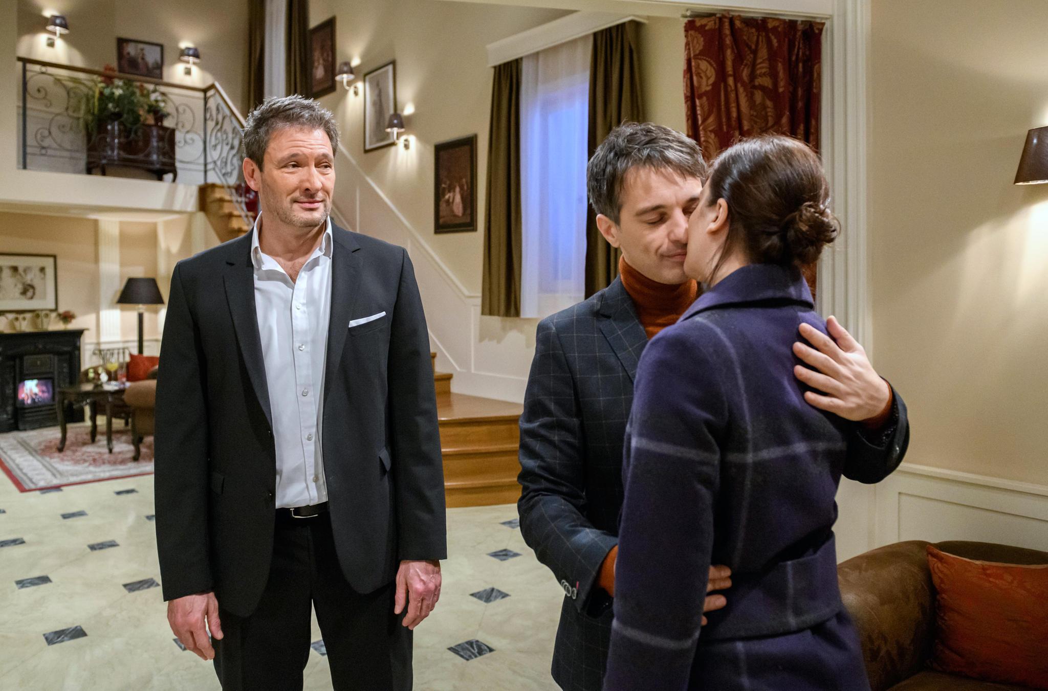 """""""Sturm der Liebe"""": Christoph (Dieter Bach, l.) traut dem Glück von Robert (Lorenzo Patané, M.) und Eva (Uta Kargel) nicht"""