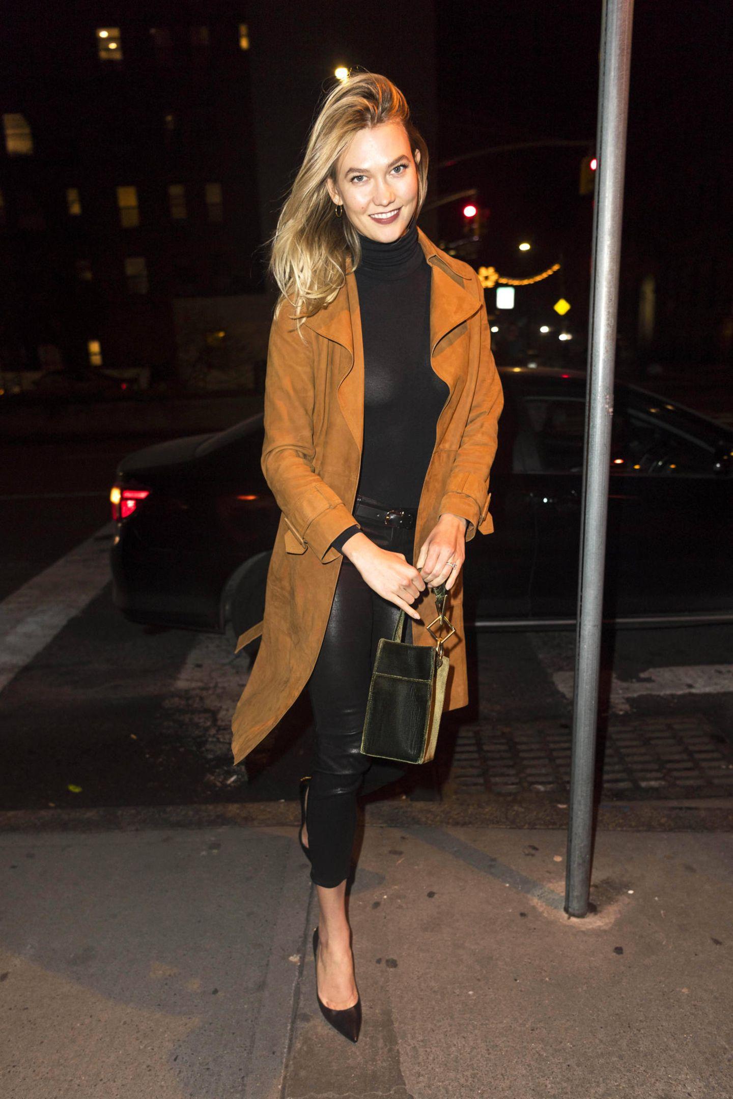 Model Karlie Kloss zeigt sich in New York in einem auf den ersten Blick relativ unspektakulären Look. Doch schaut man genauer hin, lässt sie ziemlich tief blicken ...