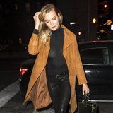 Der schwarze Rollkragen-Pullover von Model Karlie Kloss ist ziemlich durchsichtig. Offensichtlich scheint sie einen hellen BH unter dem dunklen Kleidungsstück zu tragen. Ein Mode-Malheur, das so einfach zu vermeiden wäre!