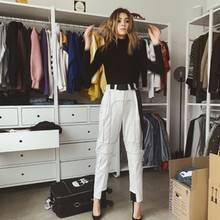 Im Kleiderschrank von Stefanie Giesinger reiht sich ein Hoodie an Blazer an T-Shirt. Alles scheint je nach Saison an den Stangen zu hängen. Ein paar Teile scheint das Model allerdings noch nicht einsortiert zu haben. ZweiUmzugsboxen stehen mitten im Raum.