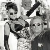 In 1999 schlüpft Carmen Geiss in einen wirklich extremen Monokini. Fast sieht es so aus, als würde sie mit Robert die Love Parade feiern.