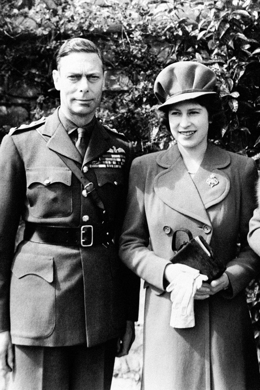 King George VI, Prinzessin Elizabeth und Queen Mum am 1. April 1944, dem 18. Geburtstag der heutigen Queen Elizabeth