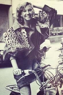 Der Look um Carmens Frisur besteht damals aus Jeans-Mini und Leo-Print-Weste.