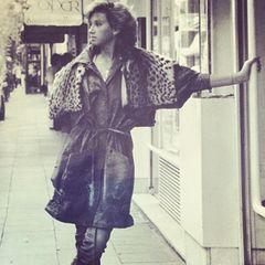 In 1981 ist Carmen Geiss noch nicht blond! Ihre langen, hellen Haare - für die wir sie heute kennen - sind damals noch kurz und dunkel.