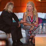 """Bei """"Wetten, dass...?"""" in 2013 bringt Carmen Geiss den sommerlichen Flair mit auf die Couch von Thomas Gottschalk. Ihr Maxikleid schillert von Dekolleté bis Rocksaum."""