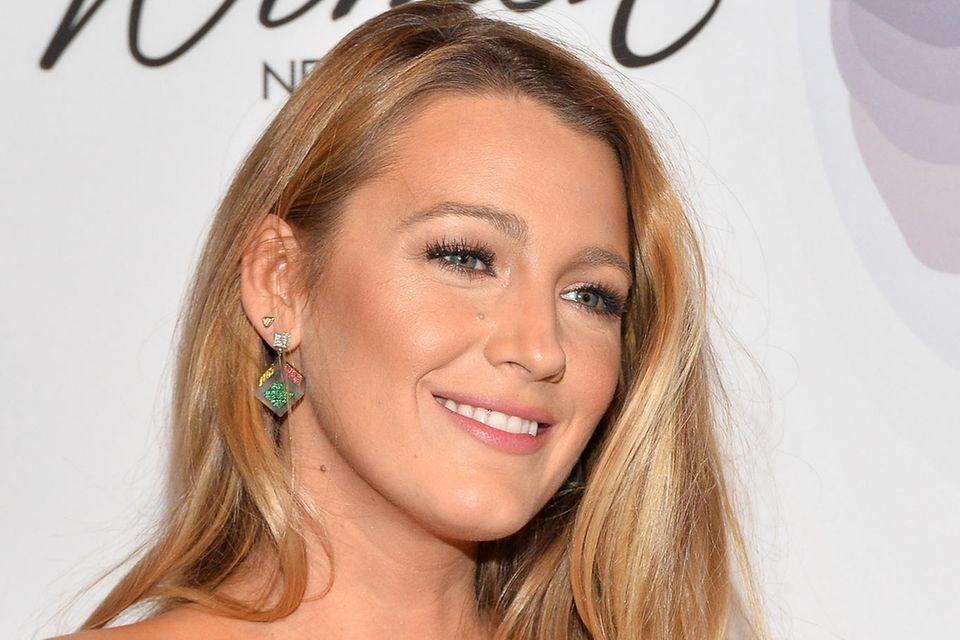 Blake Lively trägt ihre Haare in perfekten Hollywood-Wellen