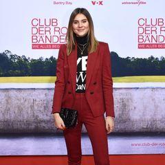 """Stefanie Giesinger kleidet sich ganz im Motto der Veranstaltung und erscheint in einem roten Anzug. Dazu kombiniert sie ein schwarzes Statement-Shirt mit der Aufschrift """"Yes wie Can(cer)"""". Damit möchte das Model auf die gleichnamige Organisation aufmerksam machen, die sich """"für einenangst- und tabufreien Umgang mit der Krankheit Krebs"""" einsetzt."""