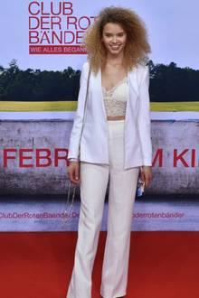 Auch GNTM-Kollegin Taynara Wolf läuft über den Red Carpet und setzt wie Steffi auf einen modischen Zweiteiler. Diesen wählt sie allerdings in den Farben Creme und Weiß.