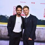 """Timur Bartels, im Film in der Rolle desAlexander """"Alex"""" Breidtbach zu sehen, posiert auf dem Red Carpet mit seinem Schauspielkollegen Aram Arami. Ihn kennt man unter anderem aus """"Fack ju Göhte."""