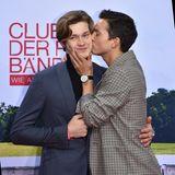 Nicht nur auf dem TV-Bildschirm zeigen die Darsteller große Gefühle: Bei der Premiere in Berlin drückt Tim Oliver Schultz seinem Kollegen Damian Hardung einen freundschaftlichen Kuss auf die Wange.