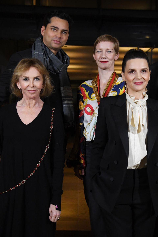 Jury-Präsidentin 2019 Juliette Binoche posiert umgeben von ihren Jury-KollegenTrudie Styler (links), Sebastián Lelio (rechts), Rajendra Roy, Sandra Huellerand Justin Chang (hinten von links nach rechts in der zweiten Reihe)in Berlin - lockere Truppe!
