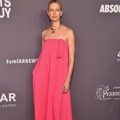 Karolina Kurkowa hat keine Lust, Kurven zu zeigen. Sie trägt lieber einen rosafarbenen Kartoffelsack.