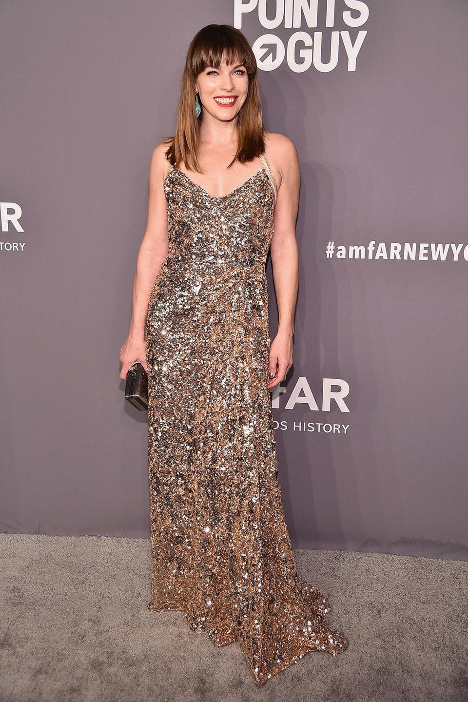 Milla Jovovich strahlt fast noch schöner als ihr Kleid.