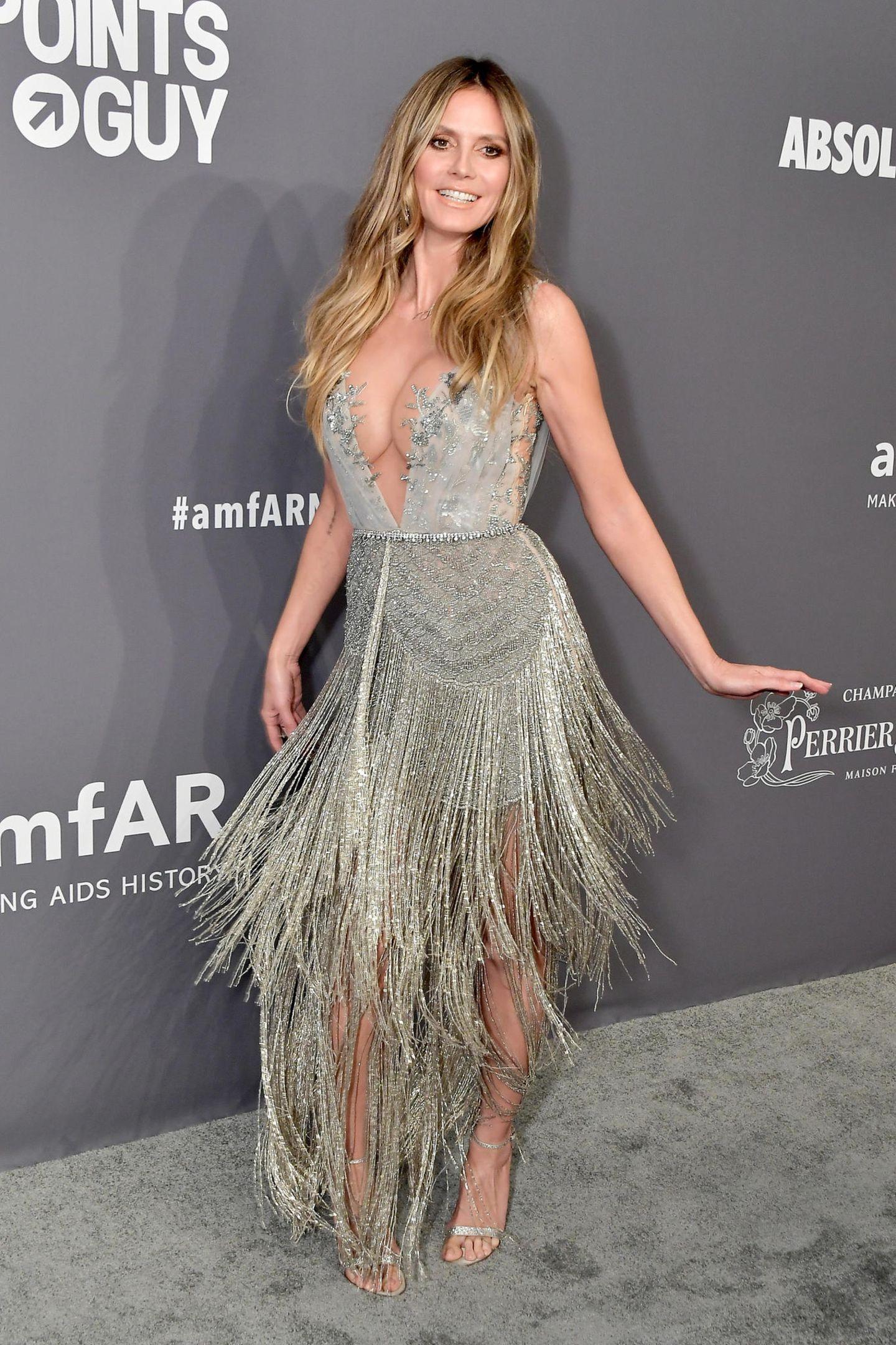 Bei Heidi Klum ist Bewegung drin! Ihr silbernes Traumkleid lädt direkt zum Tanzen ein.