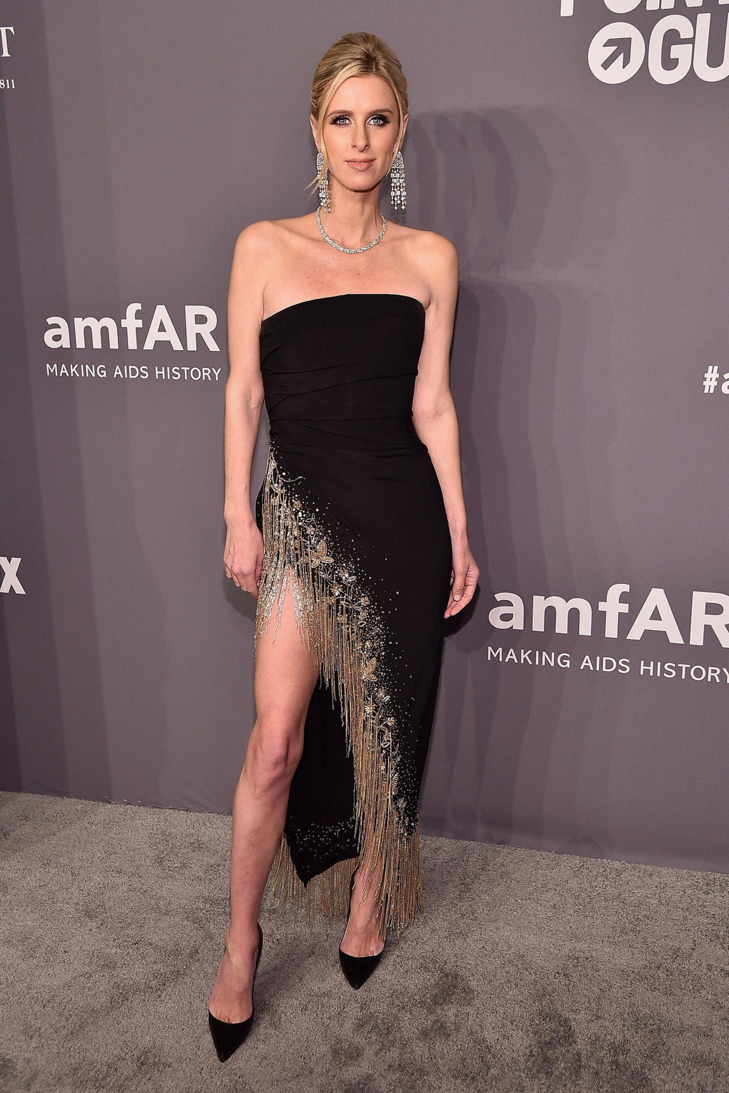 Nicky Hilton setzt auf schlichte Eleganz und zeigt lieber Bein statt Busen.