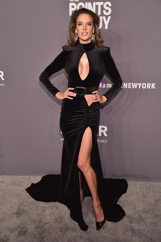 Alessandra Ambrosio beweist, dass auch ein hochgeschlossenes Kleid sehr sexy sein kann.