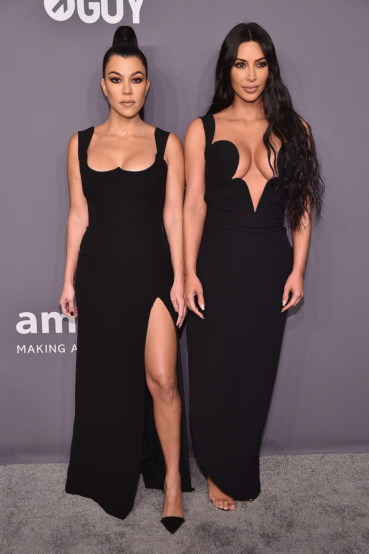 Ungewöhnlich bedeckt und ernst zeigen sich Kourtney und Kim Kardashian.