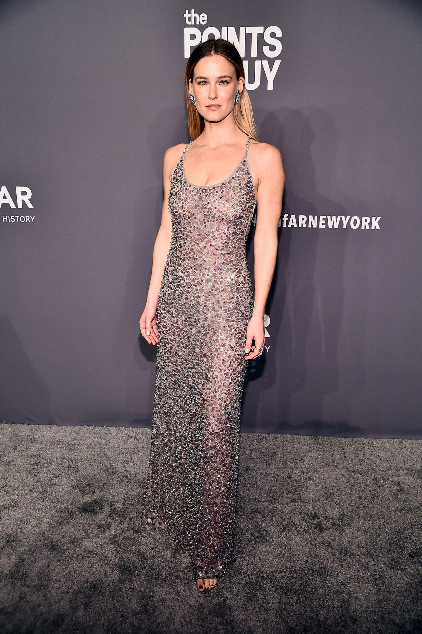 Ist das Kleid von Bar Rafaeli durchsichtig oder nicht? Auf jeden Fall ist es ein Hingucker.