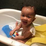 """4. Februar 2019  """"Ich habe Wasser nie so geliebt, wie meine Babys es tun"""", schreibt Chrissy Teigen zu dem niedlichen Plansch-Foto ihres Sohnes Miles."""