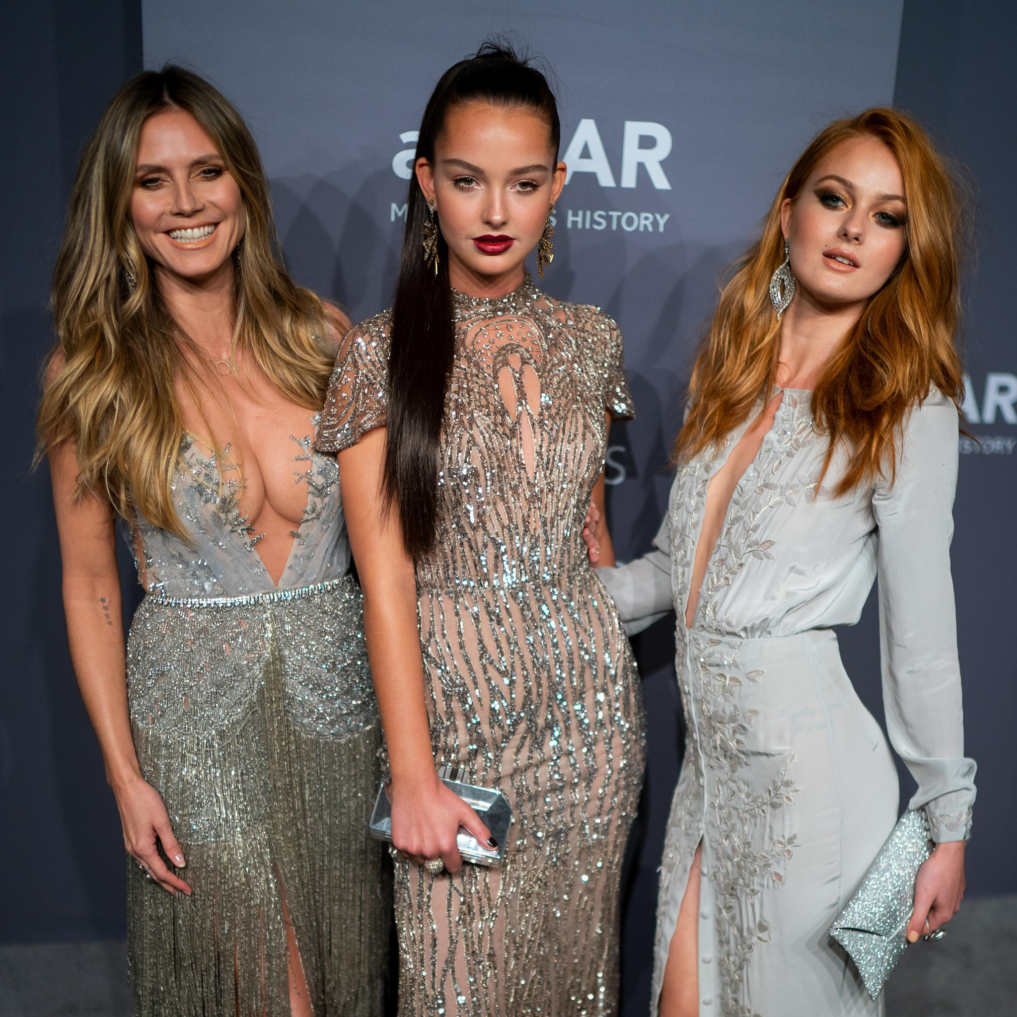Heidi posiert mit zwei GNTM-Kandidatinnen für die Fotografen bei der amfAR Gala.