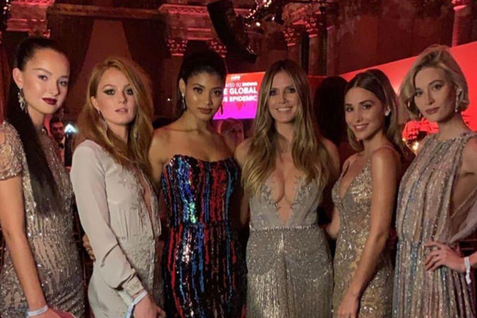 Heidi Klum inmitten von Models: v.l.n.r. Kandidatin Cäcilia, Kandidatin Vanessa, Danielle Harrington, Ann-Kathrin Götze und Mandy Bork.