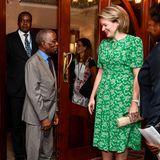 Adriano Maleian, der Minister für Finanzen und Wirtschaft des Landes, nimmt Königin Mathilde in Empfang.