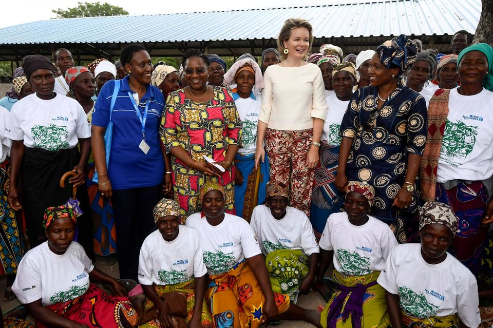 Zusammen mit den Frauen posiert Mathilde für ein Gruppenbild.