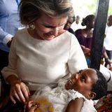 Bei diesem Anblick wird einem ganz warm ums Herz: Im Krankenhaus von Chokwe bringt Königin Mathilde ein krankes Mädchen zum Lachen.