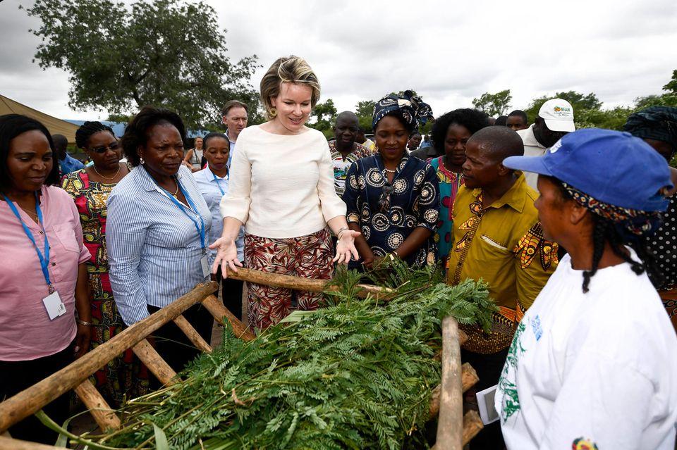 """In Chinhacanine macht sich Mathilde ein Bild vom Projekt der""""Women Group Farming UN WOMEN"""". Es soll Frauen in dem Land dazu befähigen, nachhaltige Landwirtschaft zu betreiben."""