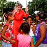 """Beim Besuch des """"Habel Jafar Health Center"""" in Marracuene in der Provinz Maputo spielt Mathilde fröhlich mit einer Gruppe von Mädchen."""
