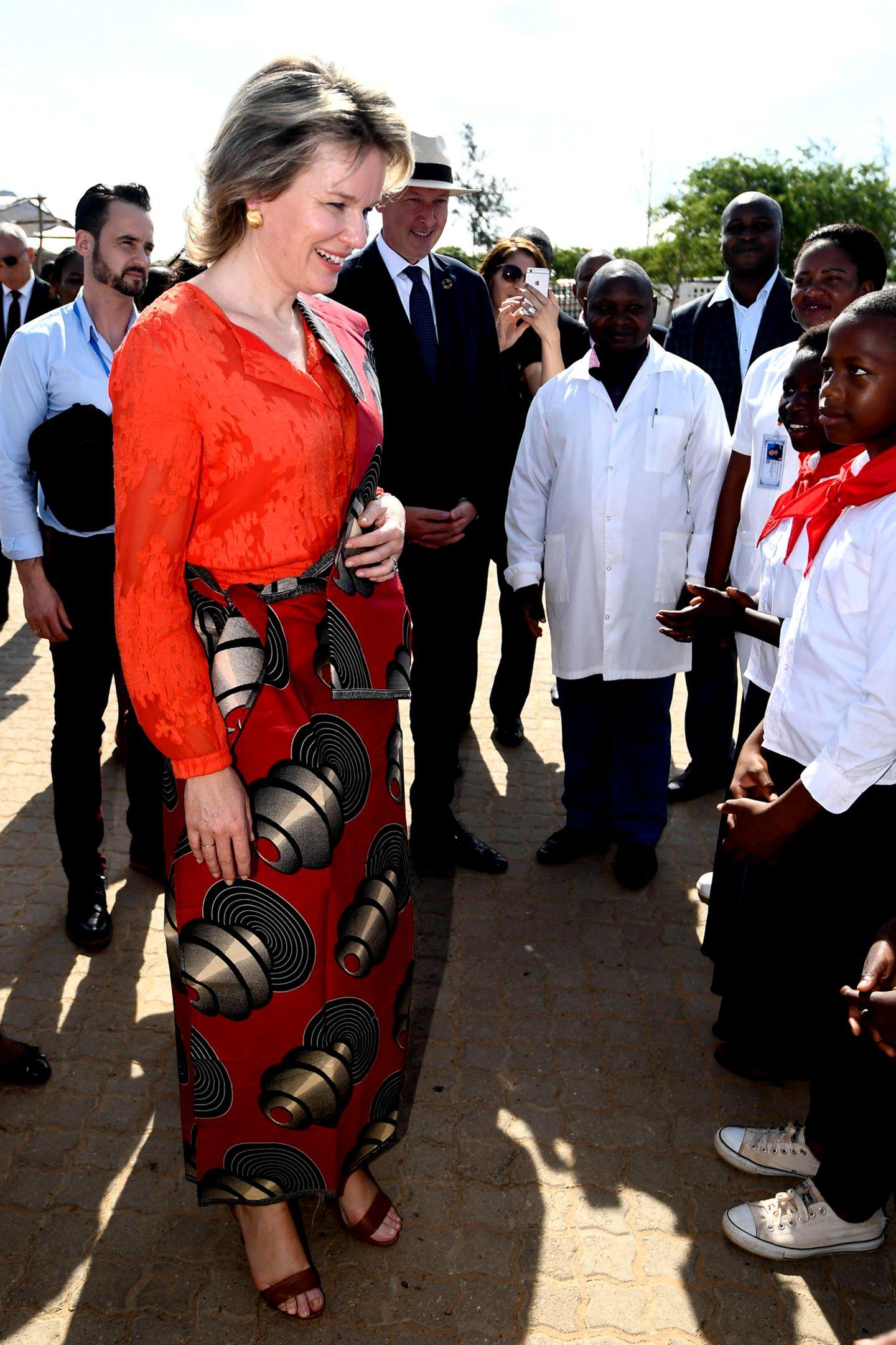 "Königin Mathilde wird im ""Habel Jafar Health Center"" in Marracuene begrüßt."