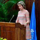 An der Universität von Maputo hält Königin Mathilde eine Rede über die Entwicklungsziele.